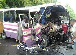 При столкновении автобуса с грузовиком погибли десять пассажиров