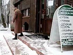 Суд обязал магазин компенсировать 250 тысяч рублей покупателю за падение на скользких ступеньках